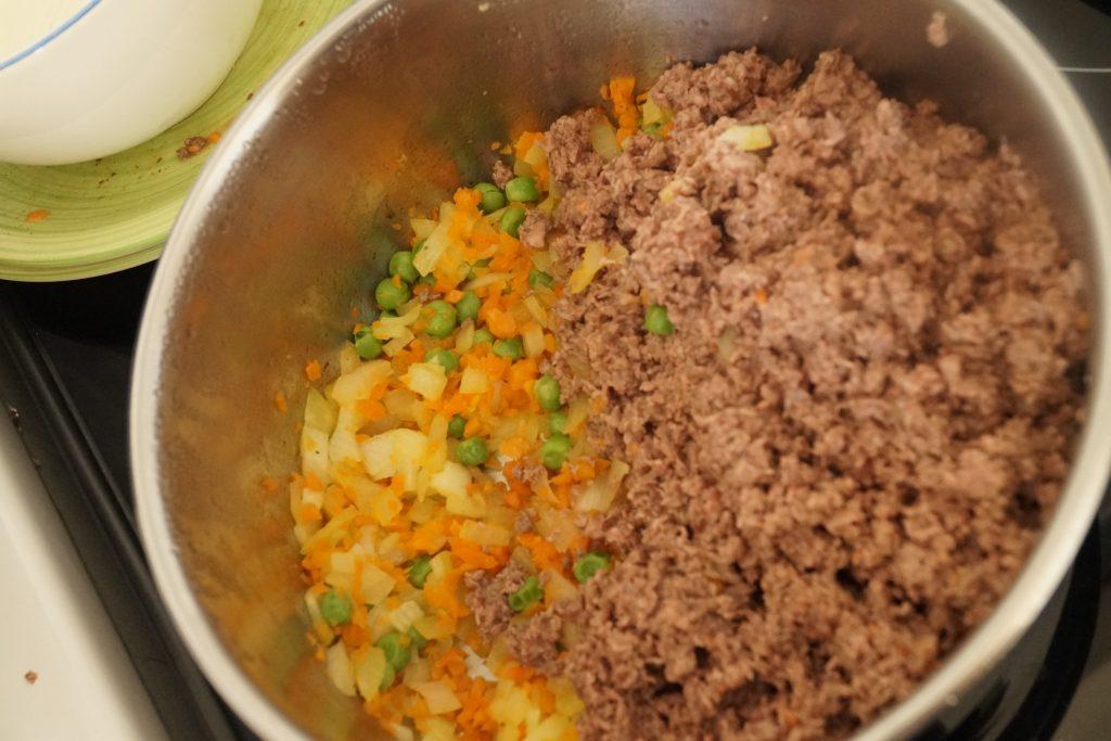 rajout de viande hachée avec les légumes