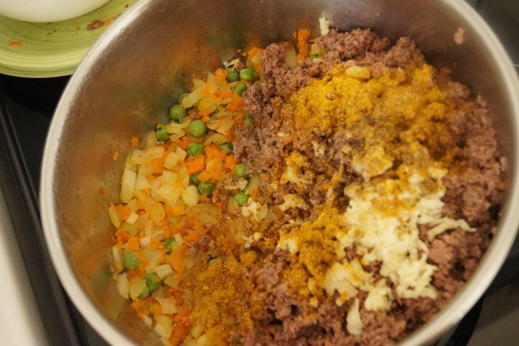 rajout de curry dans la farce