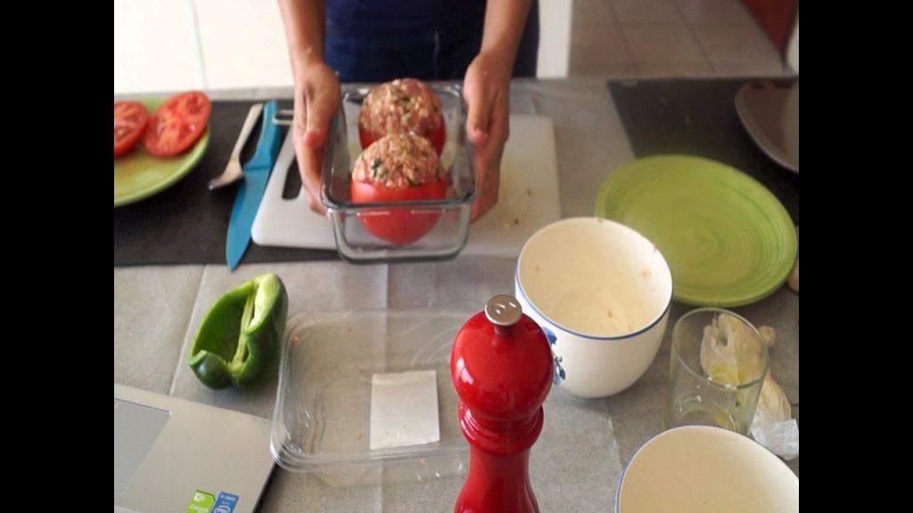 Mettre les tomates farcies dans un plat allant au four