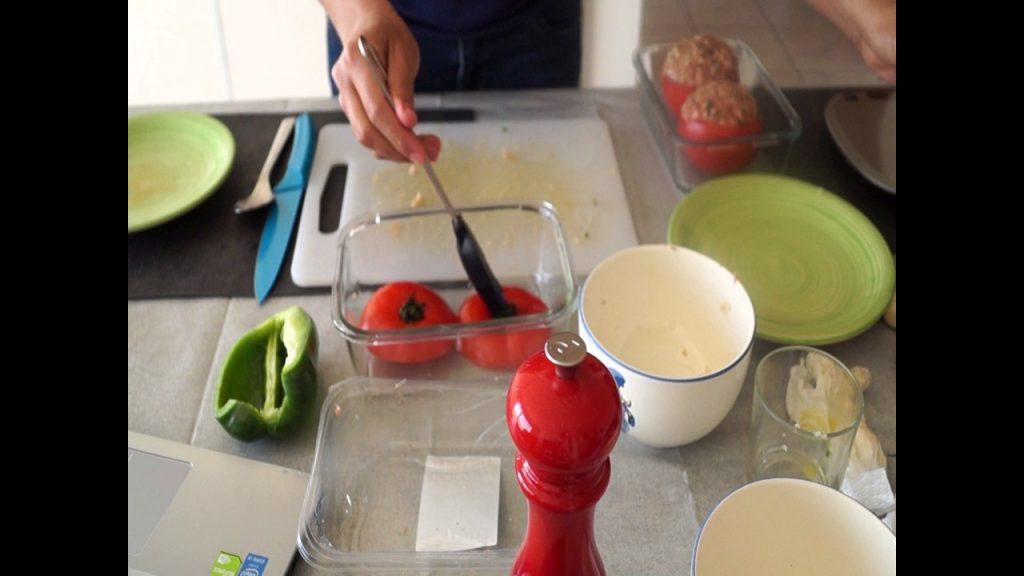 Badigeonnez d'huile les chapeaux des tomates