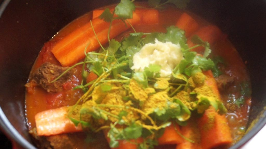 Préparation du bouillon de couscous