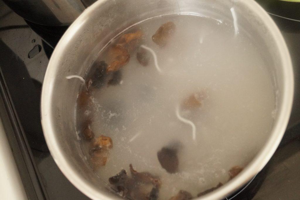 champignons noirs qui cuit