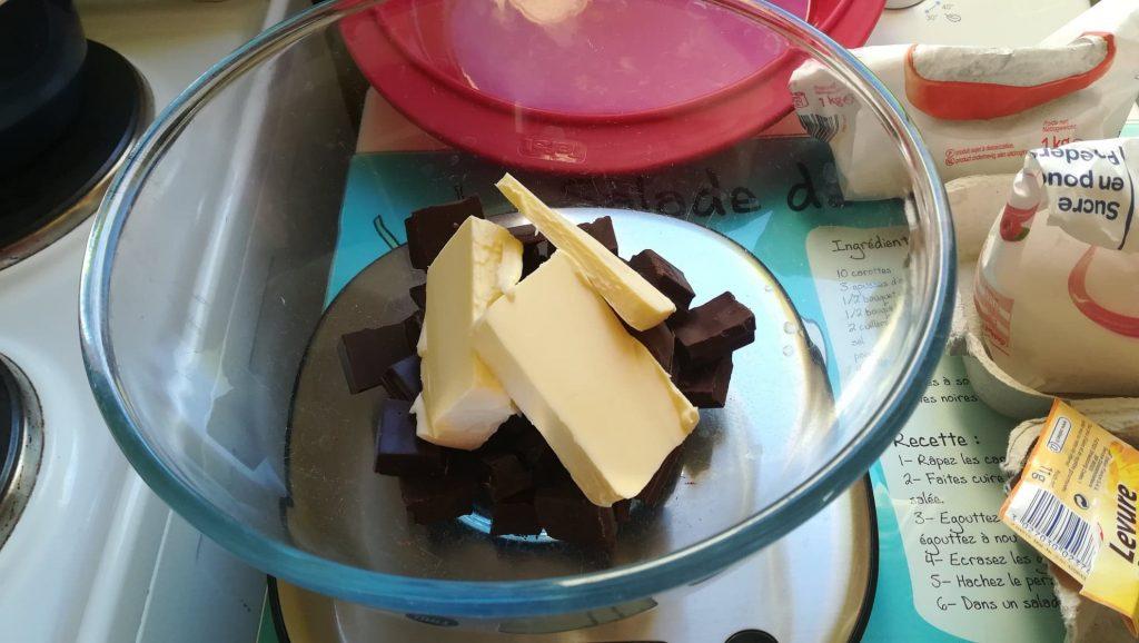 Cassez le chocolat en morceaux et rajoutez le beurre