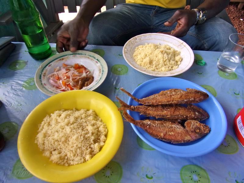 Plat d'attiéké et poissons frits