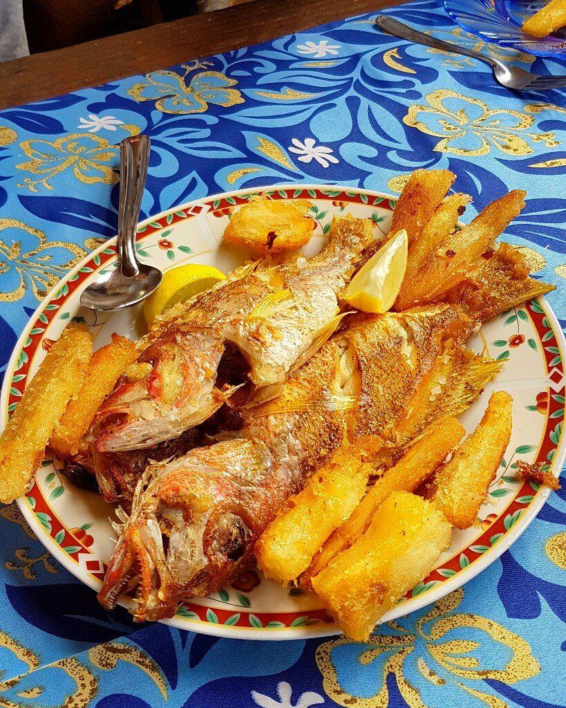 Plat de cassava et de poissons frits