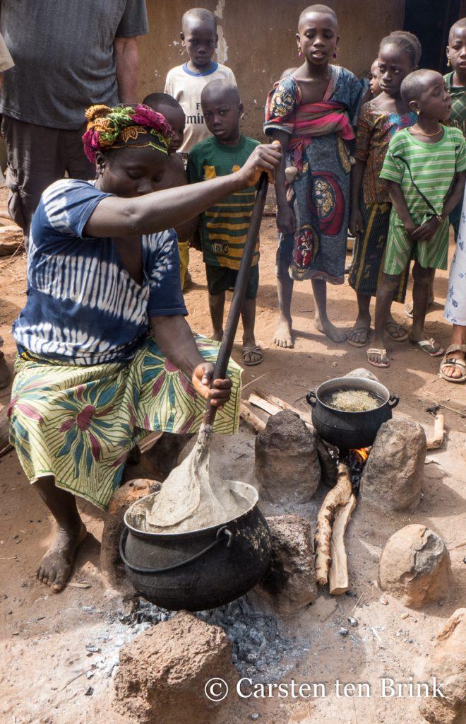 Femme africaine préparant du foufou ou fufu de manioc