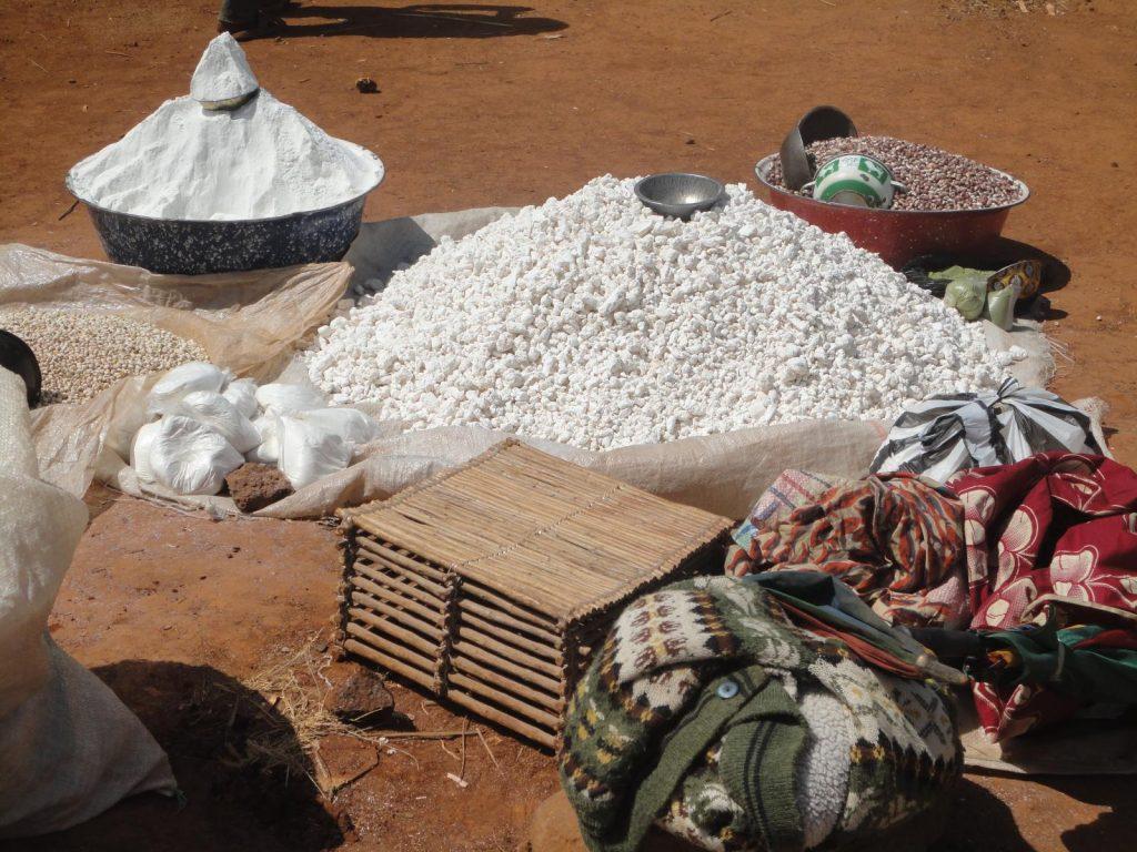 Mandioca sur un marché ouvert