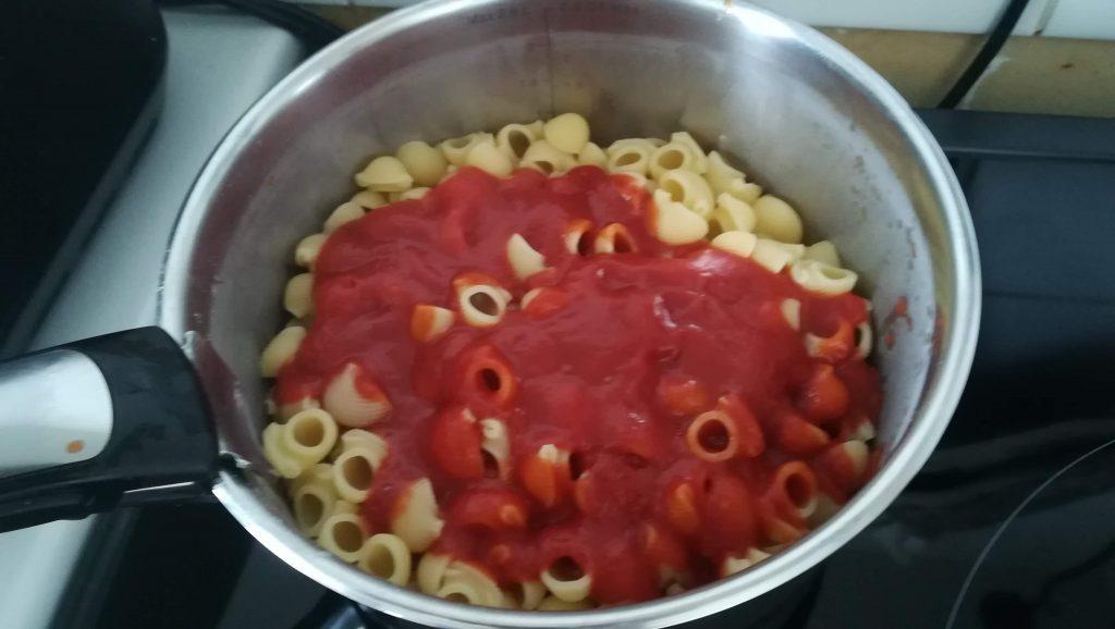 Pâtes et sauce tomates