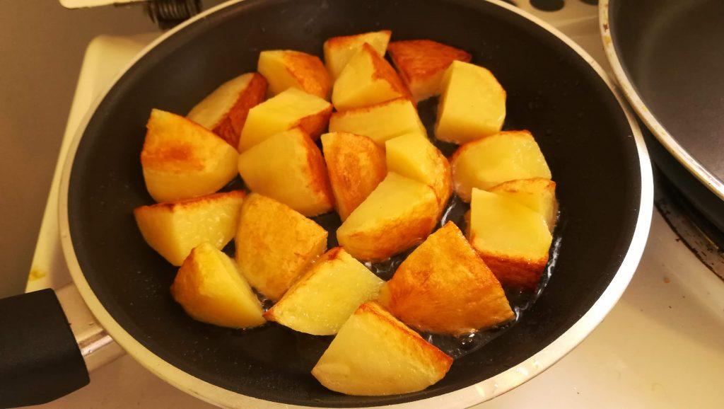 Pommes de terre rissolées avec côtes de porc